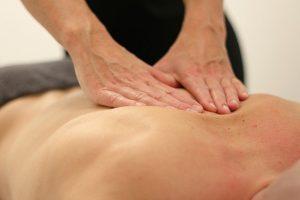 Die Breuß-Massage ist eine entspannende Rückenmassage, bei der die Wirbelsäule sanft gestreckt wird. Die Bandscheiben können sich regenerieren.